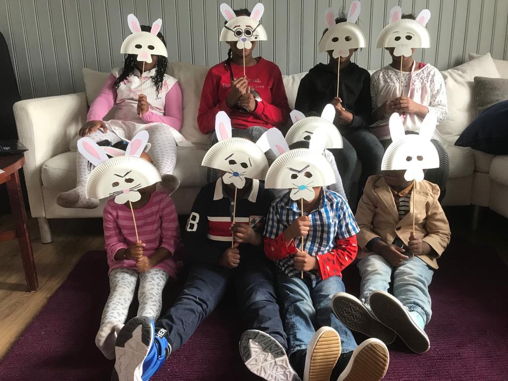 En bild med söndagskolbarn från Missionskyrkan i Borgå. De har kaninmasker framför ansiktet.
