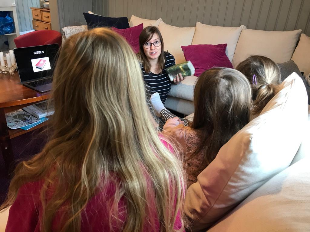 En bild där Hannah kongari pratar med barn från Missionskyrkan i Borgå.